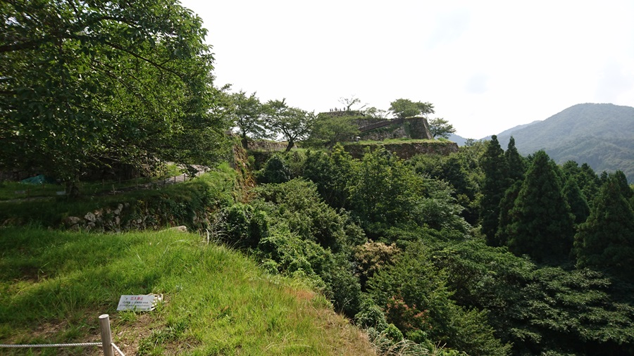 竹田城跡・城跡の最上が見える