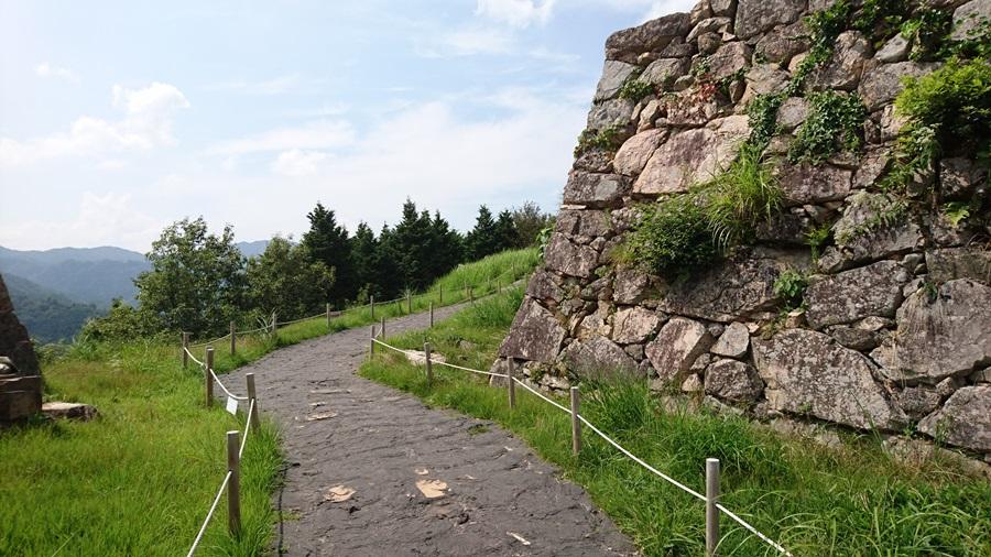 竹田城跡・城跡の最上積を下る