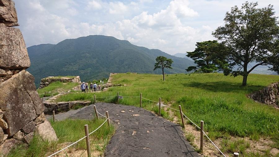 竹田城跡・城跡の最上積を下る3