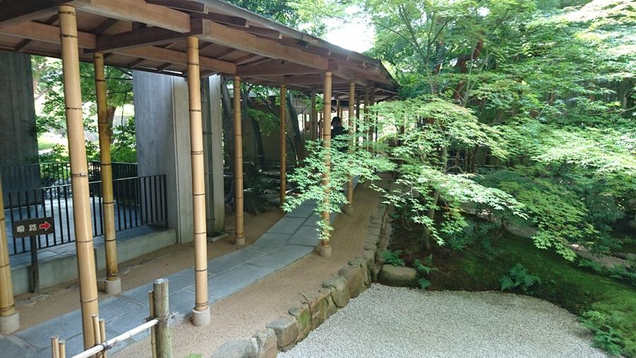 足立美術館・中庭から池庭へ