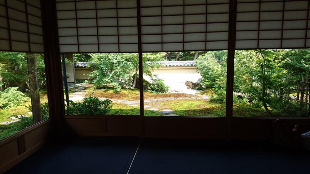 足立美術館・茶室寿立庵内の室内から見た庭